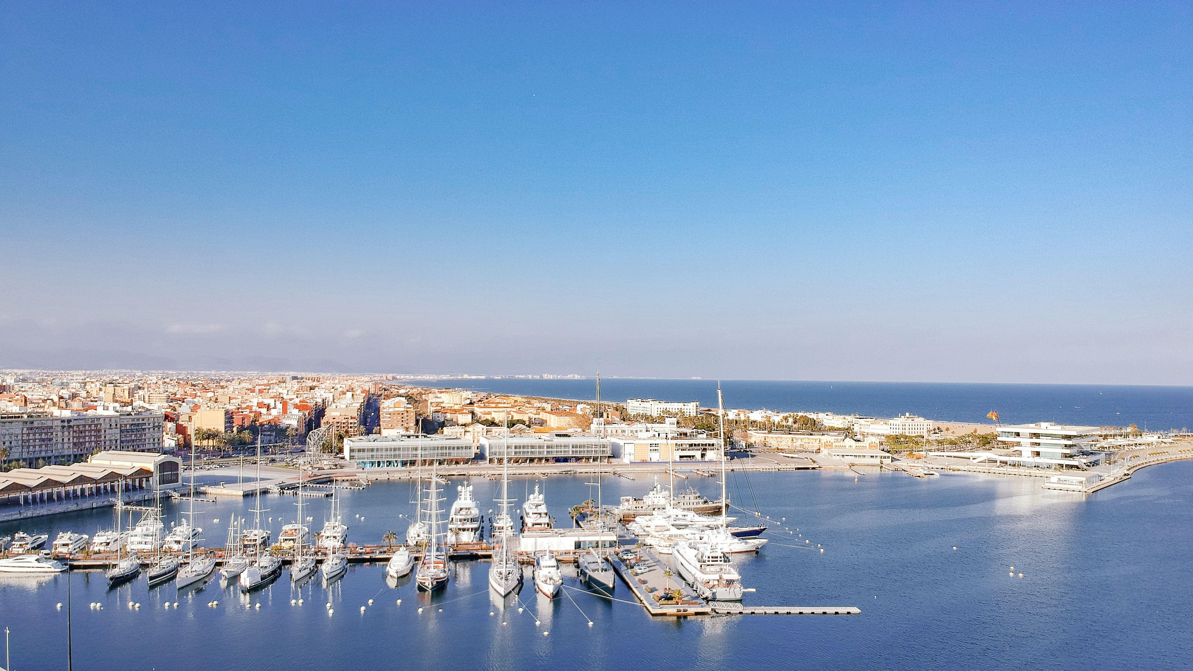 Velero en exclusividad desde Valencia para navegar con los tuyos y que la vela os guíe